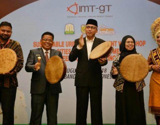 Plt Gubernur Aceh, Nova Iriansyah, didampingi Walikota Banda Aceh, Aminullah Usman, menabuh gendang pada membukaan acara IMT-GT Sustainable Urban Development Workshop di Hermes Palace Hotel, Banda Aceh, belum lama ini. (Foto/Ist)