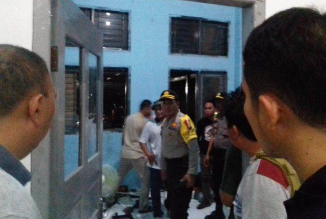 Suasana di Lapas Lambaro, Kamis malam tadi, setelah dibobol para narapidana. (Foto/KBA.ONE/Fatma)
