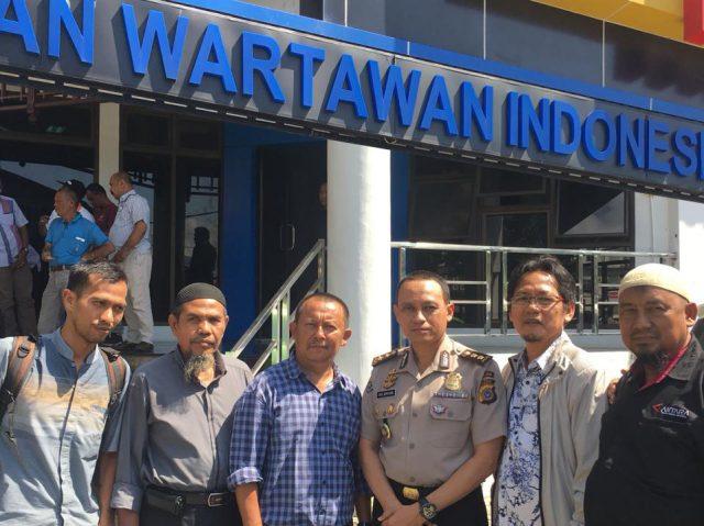 Kabid Humas Polda Aceh, AKBP Ery Apriyono, bersama Plt Ketua PWI Aceh, Aldin Nainggolan, foto bersama di depan kantor PWI Aceh di banda Aceh, Selasa (27/11/2018). (Foto/Ist)