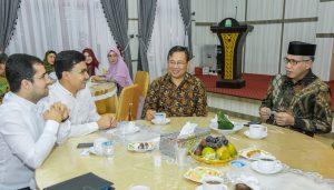 Plt Gubernur Aceh, Nova Iriansyah, ketika menerima Konsulat Jenderal RI untuk Turki, Herry Sudrajat, yang membawa rombongan investor asal Turki, di Rumah Dinas Wakil Gubernur Aceh di Banda Aceh, Juli 2018. (Foto/Ist)