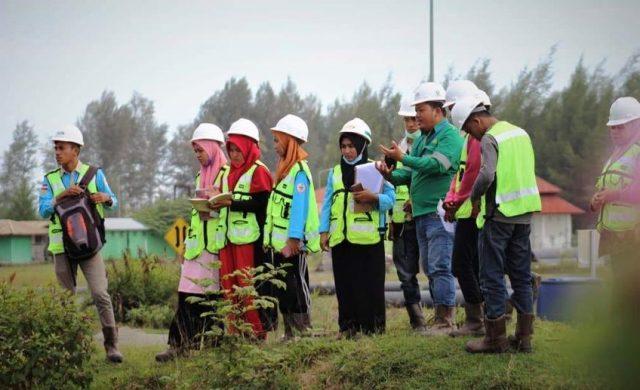 Mahasiswa Jurusan Sumber Daya Akuatik Fakultas Perikanan Universitas Teuku Umar (UTU) Meulaboh, melakukan kunjungan dan studi lapangan ke PT Mifa Bersaudara untuk belajar terkait teknologi pengelolaan air limpasan. (Foto/Dedi Iskandar)