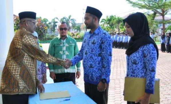 Bupati Aceh Selatan, Azwir, menyarahkan 217 SK keppada PNS baru, Kamis (20/12/2018). (Foto/Faisal)