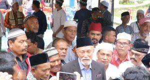 Wali Nanggroe Aceh, PYM Malik Mahmud Alhaytar, didampingi Sekjen DPA Partai Aceh, Kamaruddin Abu Bakar alias Abu Razak memberi keterangan pers usai peringatan Milad GAM ke-42, di Indrapuri, Aceh Besar, Selasa (4/12/2018). (Foto/Hendro SK)