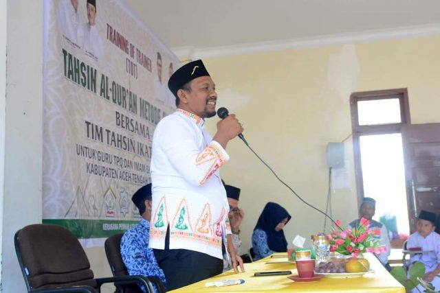 Ustadz Fadhil Rahmi LC, Ketua IKAT Aceh, di hadapan peserta training TOT di Aceh Tengah, Sabtu (1/12/2018). (Foto/Ist)