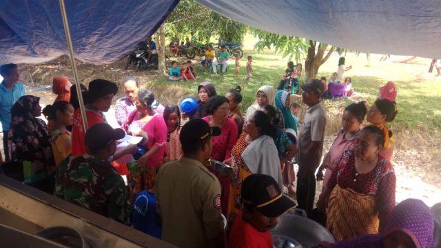 Petungas di lokasi pengungsian sedang melakukan pendataan ulang para pengungsi terdampak banjir Trumon Raya, Aceh Selatan, Selasa (18/12/2018). (Foto/Faisal)