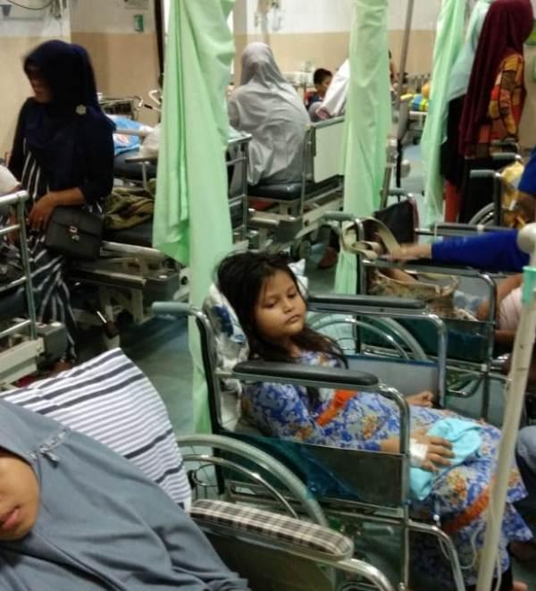 Puluhan anak-anak terpaksa dirawat di kursi roda karena hampir seluruh kamar dan ruang perawatan rumah sakit di Banda Aceh penuh. (Foto/T.Ardiansyah)