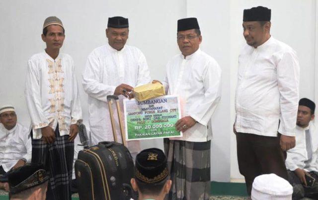 Walikota Banda Aceh, Aminullah Usman, menyerahkan hadiah bagi pengelola masjid terbersih di dalam kota Banda Aceh. (Foto/Ist)