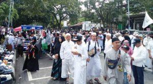 Para peserta dengan tertib mengikuti acara reuni 212 di Kota Medan, yang dipusatkan di Masjid Al-Jihad Medan. (Foto/t.bobby lesmana)