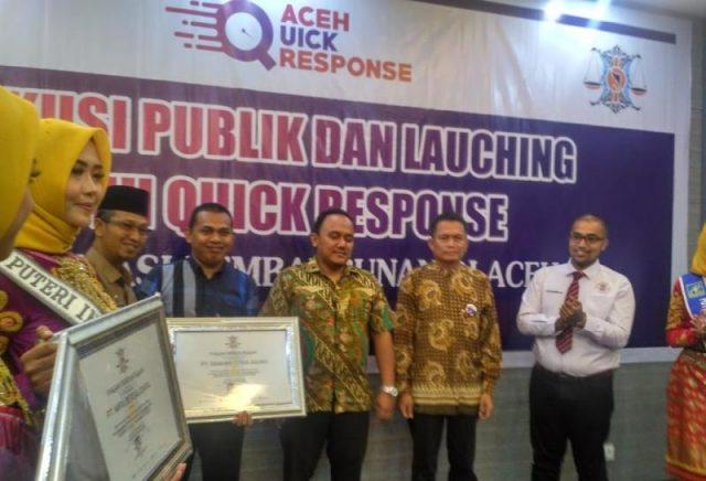 Penyerahan penghargaan kepada perusahaan dalam diskusi publik dengan tema Reformasi Percepatan Pembangunan di Aceh yang diselenggarakan YARA. (Foto/Ist)