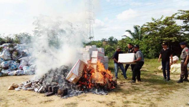 KPPBC TMP C Kuala Langsa memusnahkan rokok ilegal, bibit tanaman kurma, bibit kelapa dan ayam ilegal di Mako Brimob Subden 2 Den B Pelopor Polda Aceh di Aramiah, Aceh Timur, Rabu (5/12/2018). (Foto/dedek)