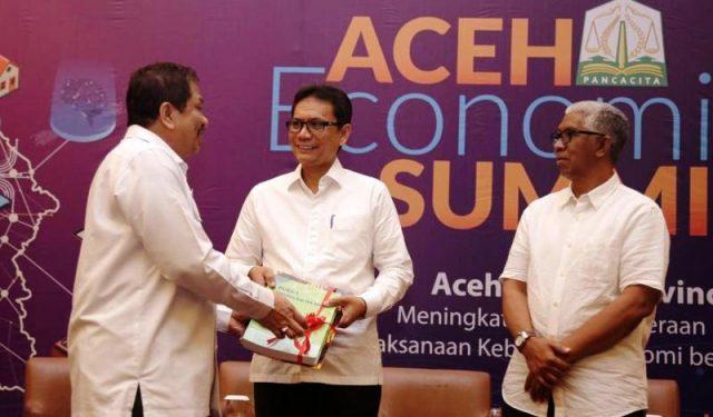 Sekda Aceh menyerahkan program Aceh Cerdas kepada Kepala Bappeda Aceh, Rabu (5/12/2018) di Banda Aceh. (Foto/Ist)