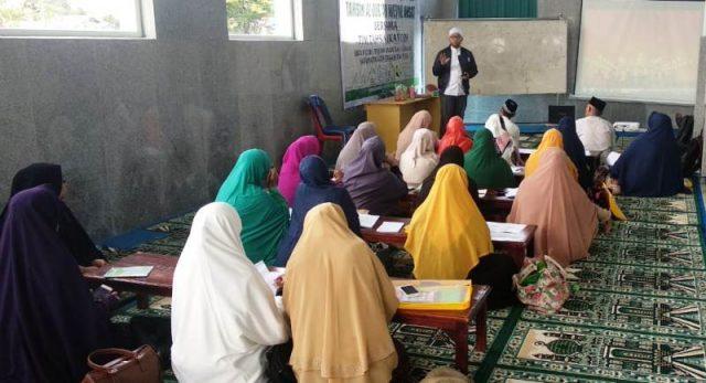 Tim Tahsin IKAT melatih tahsin dan mengajar tajwid Alquran kepada para imam dan guru TPQ se Aceh Tengah. (Foto/Ist)