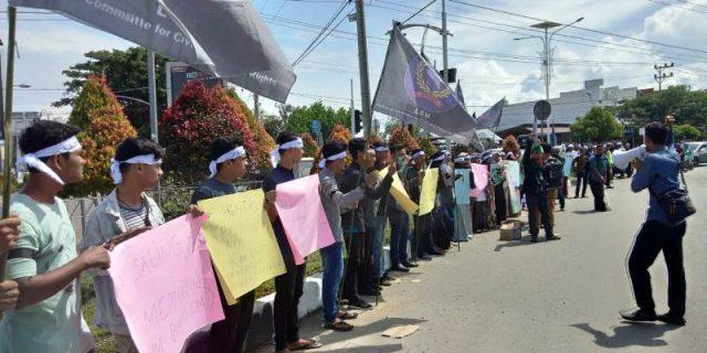 Aksi damai memperingati hari HAM sedunia digelar Solidaritas Rakyat Aceh (SRAM) di Simpang Kocin, Kota Sigli, Pidie, berlangsung tertib, Senin (10/12/2018). (Foto/Muhammad Riza)