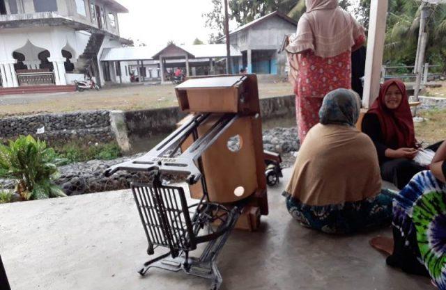 Tampak mesin jahit untuk pelatihan yang rusak ketika kaum ibu mendatangi kantor Desa Krueng Ceuko Kecamatan Seunagan, Nagan Raya, Selasa (11/12/2018). (Foto/Muji Burrahman)