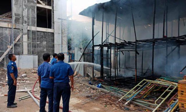 Petugas Pemadam Kebakaran dan Penyelamatan (DPKP) Kota Banda Aceh melakukan pemadaman bedeng konstruksi papan yang terbakar di SMAN I Banda Aceh, Kamis (13/12/2018). (Foto/Ali Akbar)