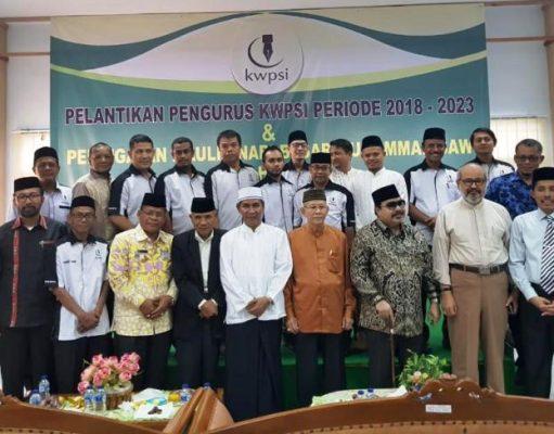 Wali Kota Banda Aceh, H Aminullah Usman SE Ak MM foto bersama dengan pengurus Kaukus Wartawan Peduli Syariat Islam (KWPSI), Kamis (13/12/2018) di gedung PWI Aceh. (Foto/Ist)