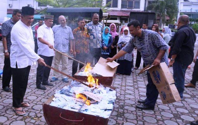 Wakil Wali Kota Banda Aceh, Zainal Arifin memulai pemusnahan e-KTP invalid bersama Sekda Banda Aceh Bahagia, Asisten Pemerintahan Keistimewaan dan Kesra Bachtiar dan Kadis Dukcapil. (Foto/Ist)