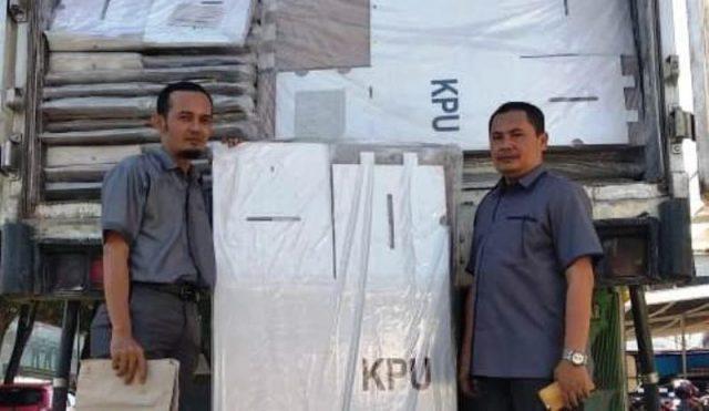 Komisioner KIP Aceh Barat memperlihatkan ribuan kotak suara dari KPU Pusat yang tiba di Meulaboh, Aceh Barat, Minggu (16/12/2018). (Foto/Dedi Iskandar)
