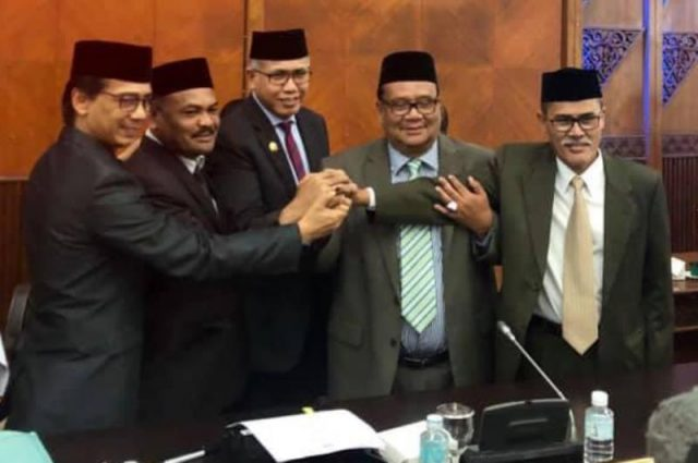 Plt Gubernur Aceh, Nova Iriansyah, bersama para pimpinan DPRA, salam kompak atas keberhasilan dua lembaga ini mensahkan APBA 2019 senilai Rp.17triliun. (Foto/Ist)