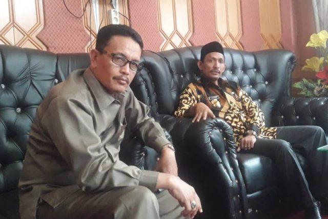 Wakil Bupati Aceh Selatan, Tgk Amran didampingi Sekda Nasjuddin saat memberi keterangan kepada wartawan, terkait banjir di daerah itu, Selasa (18/12/2018). (Foto/Faisal)