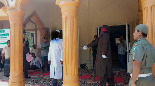 Terpidana warga Aceh Selatan menjalani eksekusi cambuk, di Halaman Masjid Al-Makmur, Lhok Keutapang, Tapktuan, Aceh Selatan, Jum'at (21/12/2018).(Foto/Faisal)