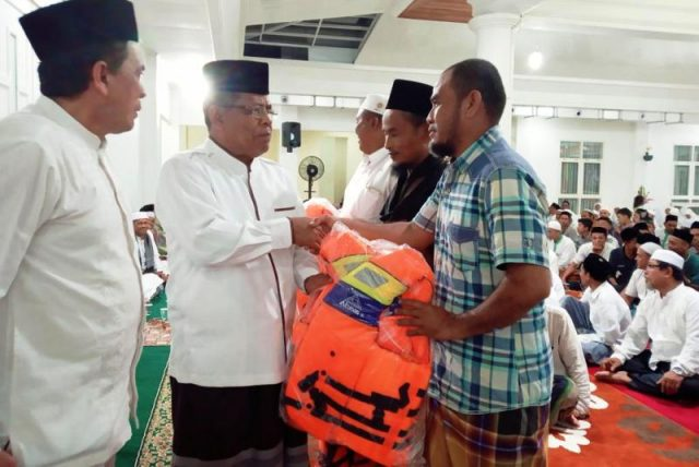 Wali Kota Banda Aceh, Aminullah Usman, turut menyerahkan secara simbolis 10 ribu buku sosialisasi anti narkoba kepada pelajar tingkat SMP se-Banda Aceh. Di tempat yang sama, wali kota juga menyerahkan 1.162 jaket pelampung kepada para panglima laot. (Foto/Ist)