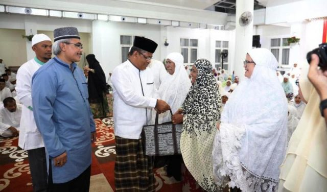 Wali Kota Banda Aceh, Aminullah Usman, didampingi Kadinkes, Warqah Helmi, memberikan bantuan alat kesehatan untuk para Lansia di Banda Aceh. (Foto/Ist)