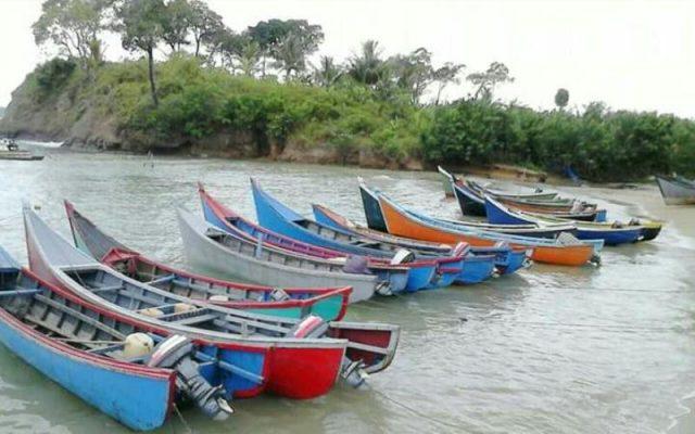 Perahu nelayan di Aceh Jaya tampak tidak beroperasi karena para nelayan kesulitan mendapatkan BBM jenis solar. (Foto/Zammil)