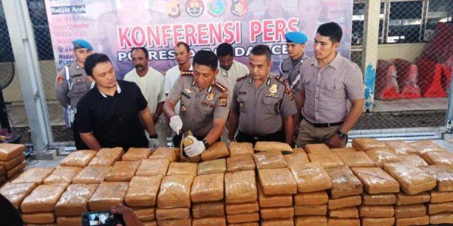 Kapolresta Banda Aceh, Kombes Pol Trisno Riyanto didampingi Kasat Resnarkoba, AKP Budi Nasuha Waruwu dan Kapolsek Lueng Bata, AKP Edi Saputra, menunjukkan barang bukti ganja kepada wartawan di Mapolresta Banda Aceh. (Foto/Ist)