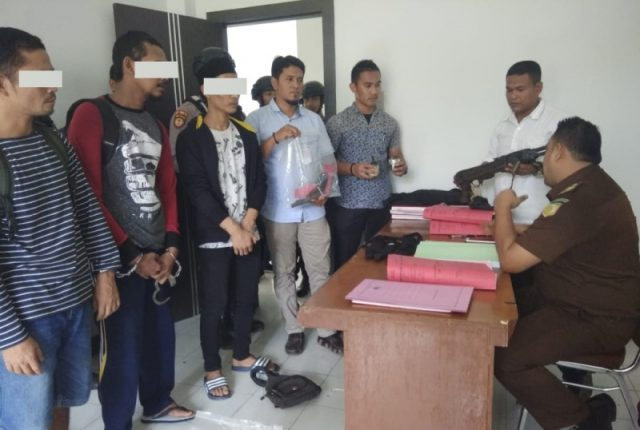 Polisi menyerahkan tiga tersangka kasus penembakan anggota Polres Aceh Utara ke Kejaksaan Negeri setempat, Selasa (18/12/2018). (Foto/Ist)