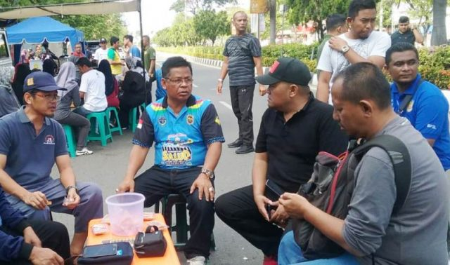 Wali Kota Banda Aceh, Aminullah Usman, berbincang dengan wartawan, diantaranya Ka.Perwakilan Waspada Aceh dan Penanggungjawab Waspadaaceh.com, Aldin NL yang juga Plt Ketua PWI Aceh, CEO Kantor Berita Aceh (KBA.ONE) Ramadansyah,di lokasi acara CFD di Banda Aceh, Minggu pagi (30/12/2018). (Foto/Ist)