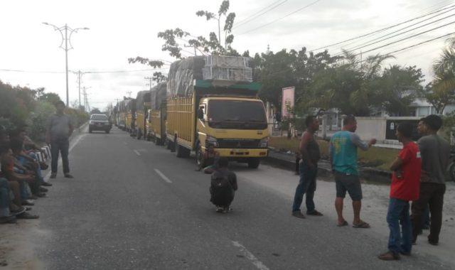 Antrian belasan truk sembako berjejer di jalan raya, persisnya di halaman kantor Bupati Aceh Singkil, Senin petang (7/1/2019). (Foto/Arief H