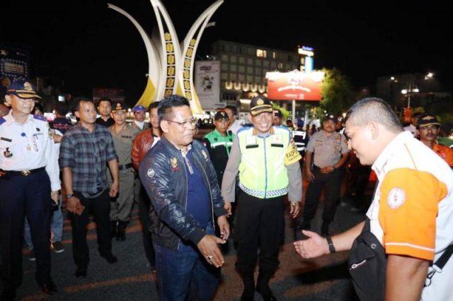 Wali Kota Banda Aceh, Aminullah Usman, saat memantau situasi malam pergantian tahun di sekitar tugu Simpang Lima, Banda Aceh, Senin tengah malam. (Foto/Ist)