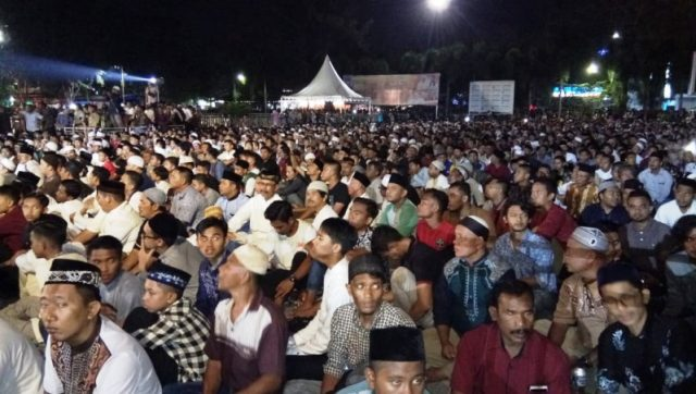 Puluhan ribu warga memadati Lapangan Merdeka Langsa menyaksikan ceramah Ustadz Abdul Somad pada malam pergantian tahun dan peringatan 14 tahun tsunami Aceh, Senin (31/12/2018). (Foto/dede)