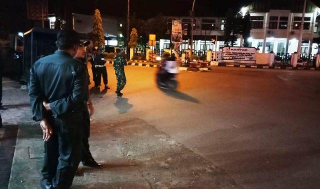 Tim gabungan melakukan penjagaan di Tugu Bundaran Pelor Meulaboh, Aceh Barat, saat detik-detik pergantian tahun, Selasa dinihari (1/1/2019). Kondisi jalan raya di kawasan tersebut sepi dan tidak ada perayaan malam pergantian tahun. (Foto/Dedi Iskandar)
