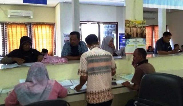 Warga mengurus berbagai administrasi kependudukan di Dinas Kependudukan Catatan Sipil Aceh Barat, Jumat siang (4/1/2018). Hingga kini instansi tersebut belum bisa melayani cetak Kartu Indentitas Anak (KIA) yang sudah ditetapkan oleh pemerintah. (Foto/Dedi Iskandar)