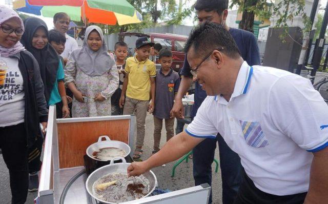 Wali Kota Banda Aceh, Aminullah Usman, Minggu (6/1/2019) di Jalan Tgk. Daud Beureueh, Banda Aceh,setelah mengikuti senam jantung sehat, mengunjungi usaha mikro yang berjualan di area Car Free Day (CFD). (Foto/Ist)
