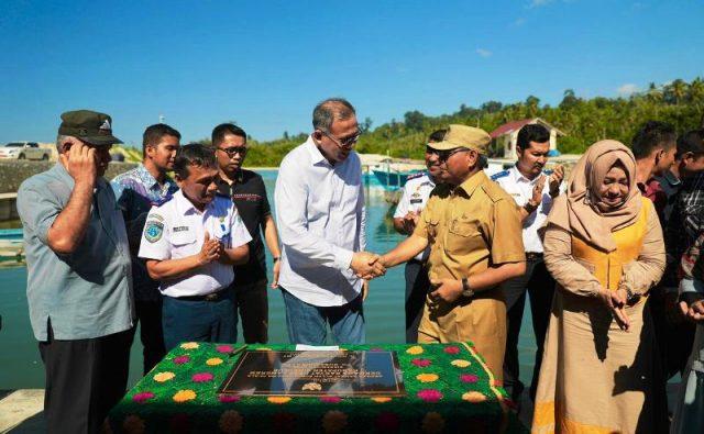 Plt Gubernur Aceh Nova Iriansyah meresmikan dermaga Rakyat di Desa Lameureum Kecamatan Alafan, Simeulue, Sabtu 05/1/2(19). (Foto/Ist)