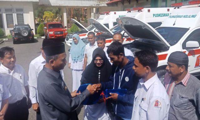 Bupati Nagan Raya HM.Jamin Idham bersama Sekda H.TR.Johari menyerahkan mobil ambulan di halaman kantor Bupati Nagan Raya, Rabu (9/1/2019). (Foto/Muji Burrahman)