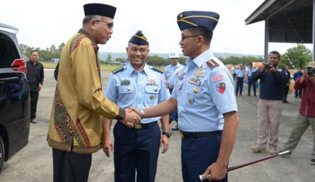 Plt Gubernur Aceh, Nova Iriansyah, saat acara lepas sambut Komandan Lanud Sultan Iskandar Muda di Lanud SIM Blang Bintang, Kamis (10/1/2019). (Foto/Ist
