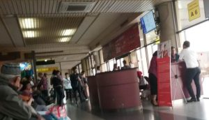 Para penumpang pesawat tampak bersabar menunggu pesawat swasta yang delay lebih 2 jam, pada penerbangan Batam - Medan, di Bandara Hang Nadim Batam, seminggu menjelang tahun baru 2019. (Foto/Al-farizi)