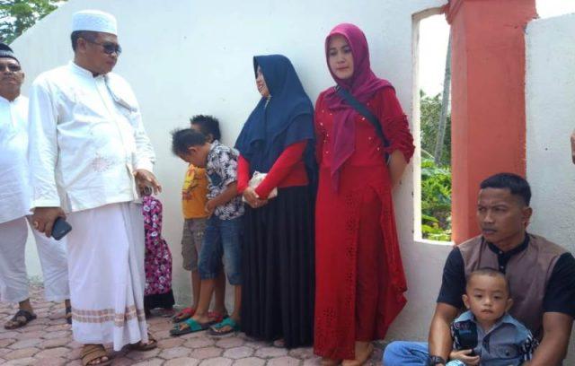 Bupati Aceh Barat H Ramli MS berbincang dengan warga di kawasan pemakaman massal korban tsunami di Suak Indrapuri, Meulaboh. (Foto/Dedi)
