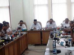 Bupati Aceh Selatan, Azwir, S.sos, memberi keterangan dalam jumpa pers dengan sejumlah wartawan terkait program 100 hari kerja. (Foto/Faisal)