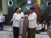 Wali Kota Banda Aceh, Aminullah Usman, tampak menyerahkan bantuan berupa ambal masjid kepada pengurus BKM Baitul Musyahadah. (Foto/Ist)