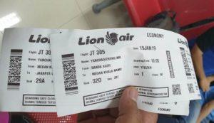 Petugas Pengawasan Disnakermoduk Aceh, menunjukkan boarding pass salah seorang dari 51 TKA asal Cina yang akan meninggalkan wilayah hukum Aceh, Sabtu (19/1/2019). (Foto/Ist)