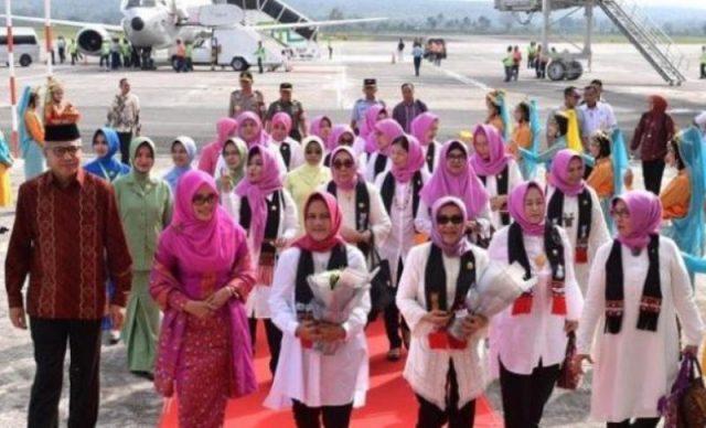 Plt Gubernur Aceh, Nova Iriansyah, bersama Nyonya ketika menyambut Ibu Negara Iriana Joko Widodo dan istri Wapres Mufidah, ketika tiba di Aceh. (Foto/ dok. Biro Pers Sekretariat Presiden)